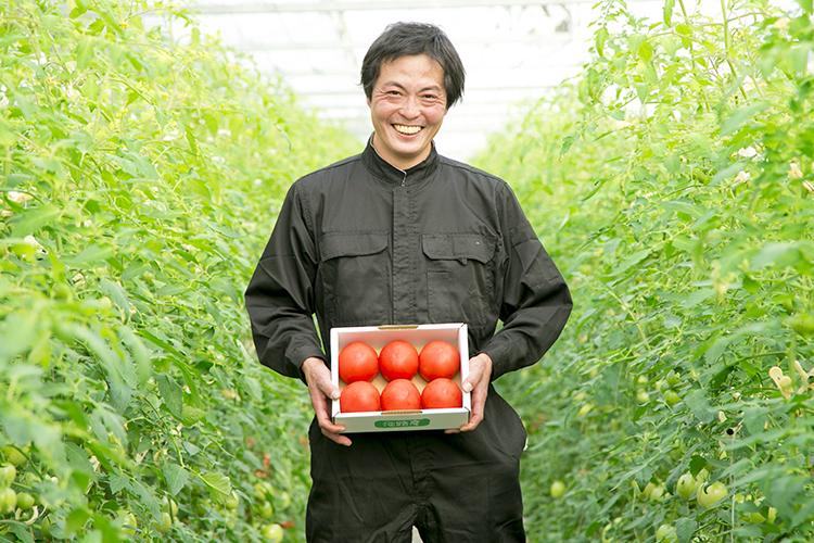 生産者とトマト